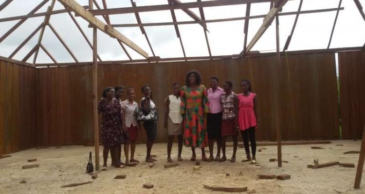 De leerlingen en Gina op de bouwlokatie